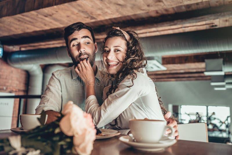 Det romantiska unga paret spenderar tid i restaurang royaltyfri foto