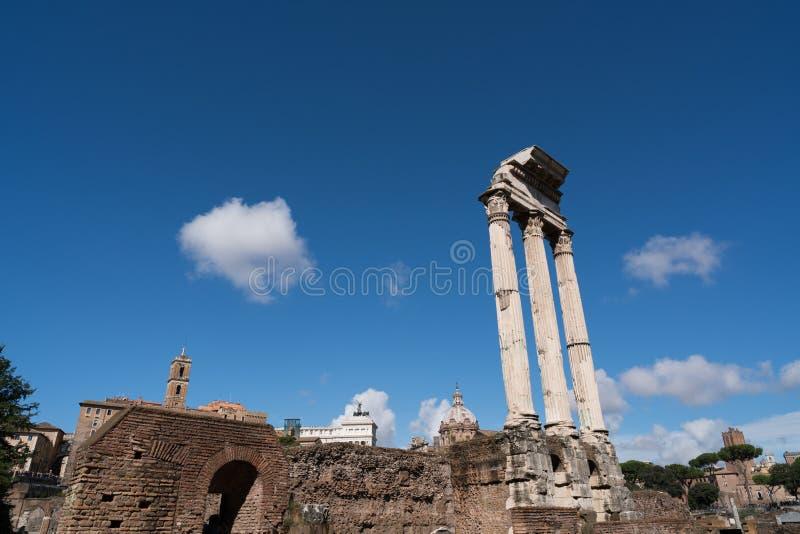Det romerska forumets gamla ruiner royaltyfria foton