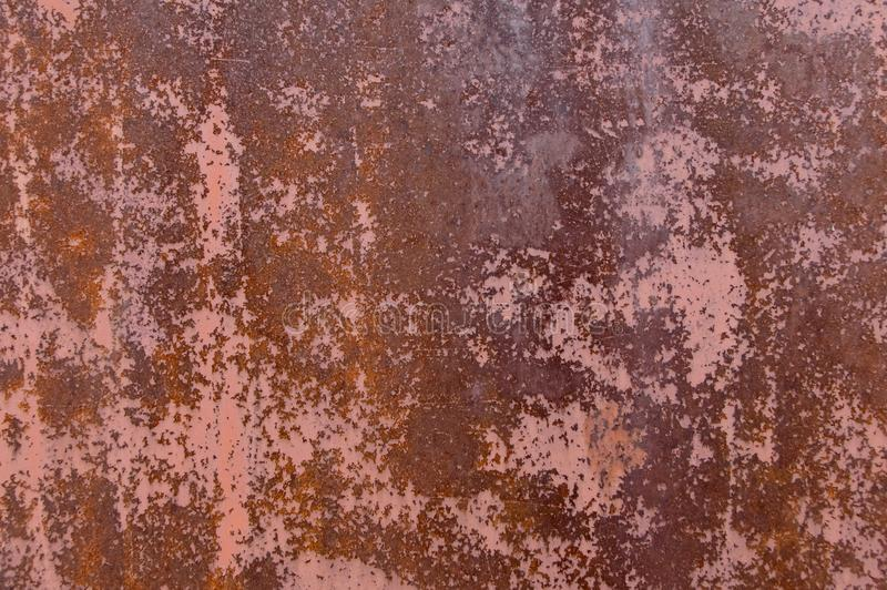 Det rostiga arket av järn, med spårar av befläckt målarfärg fotografering för bildbyråer
