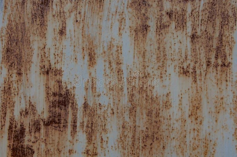 Det rostiga arket av järn, med spårar av målarfärg arkivbilder