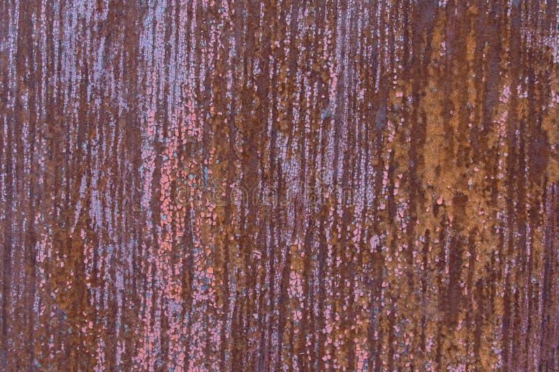 Det rostiga arket av järn, med spårar av målarfärg i band arkivbilder
