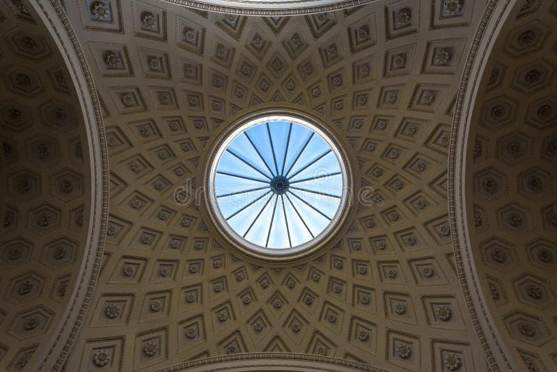 Det runda fönstret i taket av Vaticanen arkivbild