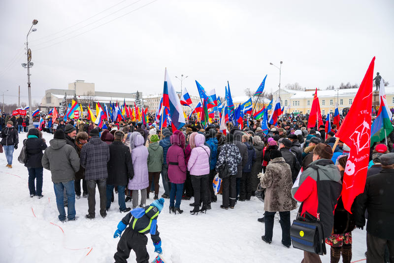 Det ryska folket stöttar Krim i Petrozavodsk på mars 16, 2014 royaltyfria foton