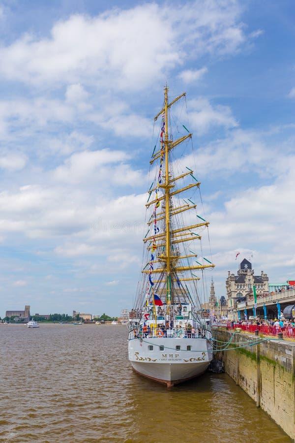 Det ryska seglingskeppet Mir (fred) som ses i Antwerp under de högväxta skeppen, springer händelsen 2016 royaltyfri bild