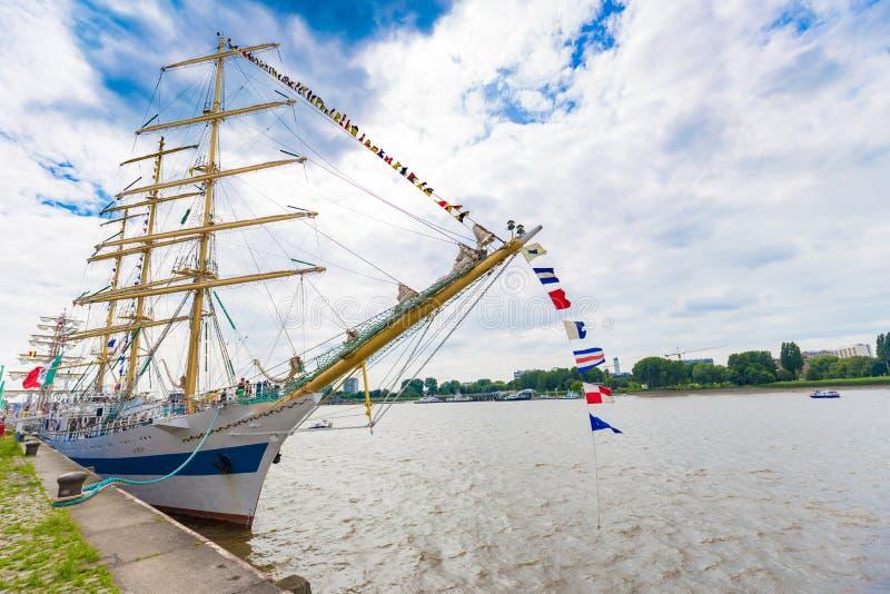 Det ryska seglingskeppet Mir (fred) som ses i Antwerp under de högväxta skeppen, springer händelsen 2016 arkivbilder