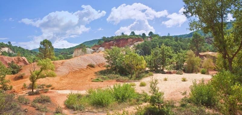 Det särskilda franska landskapet, i den provence regionen, kallade Colorado Provencal med dess gula och röda jord Europa-Frankrik royaltyfri fotografi