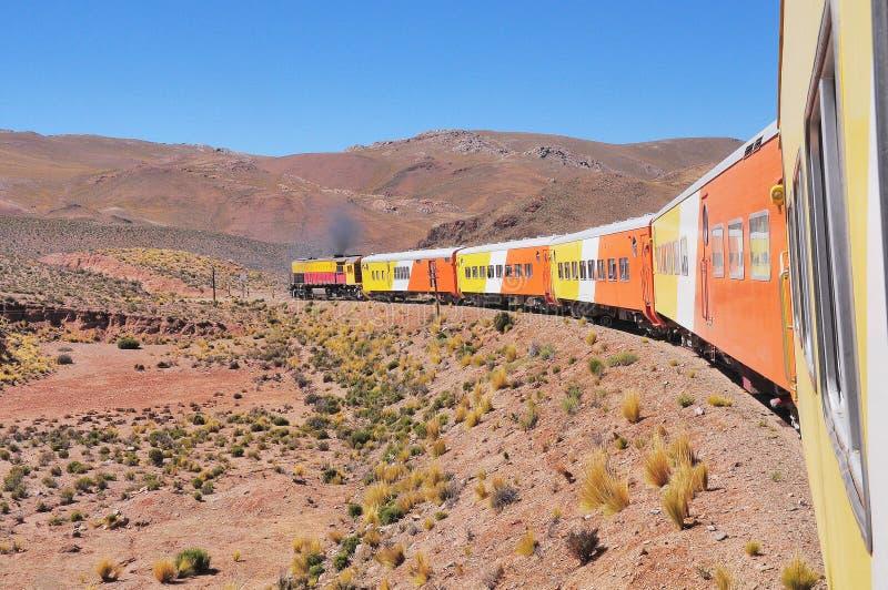 Det så kallad drevet till molnen går från Salta till den LaPolvorilla viadukten royaltyfria foton