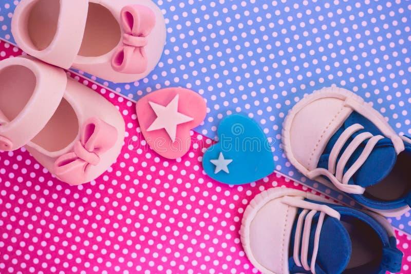 Det ` s en pojke och en flicka Kopplar samman bakgrund Baby showerinbjudan royaltyfri fotografi