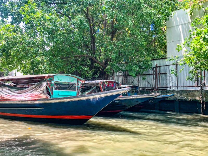 Det Saen Saep fartyget parkeras i kanalen som väntar på rusningstidperioden royaltyfria foton