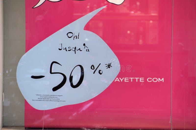Det Sale priset förminskar undertecknar i Frankrike fotografering för bildbyråer