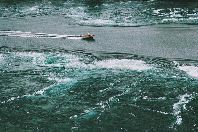 Det Saltstraumen havsbubbelpooler och fartyget i Norge reser livsstil arkivfoton