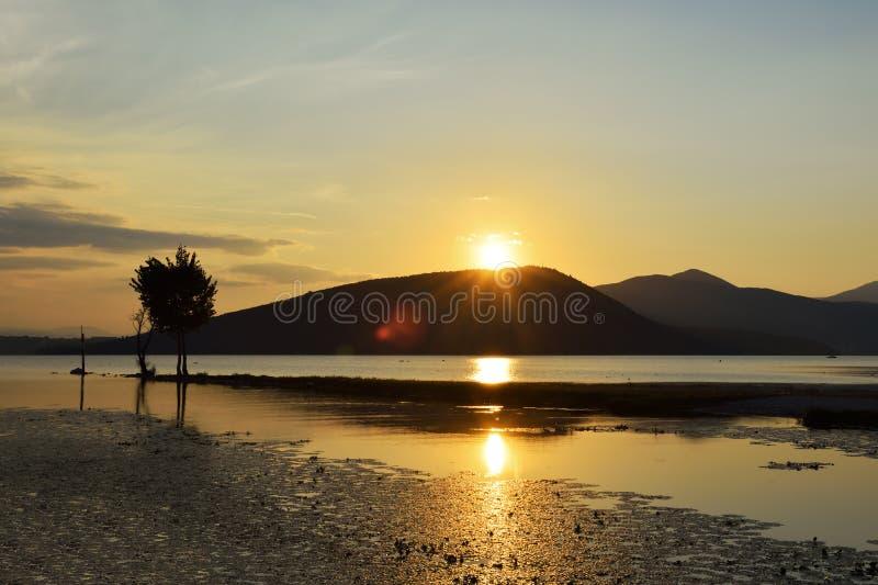Det sceniska landskapet av den bergkanter och solen rays att reflektera i t fotografering för bildbyråer