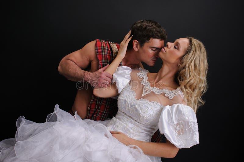 Det sexiga paret poserar för kameran arkivbilder