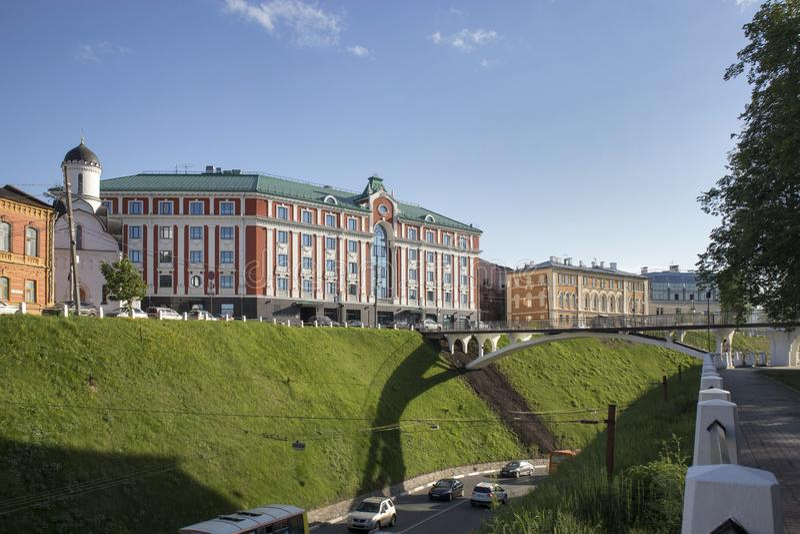 Det Sheraton hotellet, Sheraton Nizhny Novgorod Kremlin lokaliseras i mitten av Nizhny Novgorod, precis 2 som minuten g?r fr?n royaltyfri fotografi