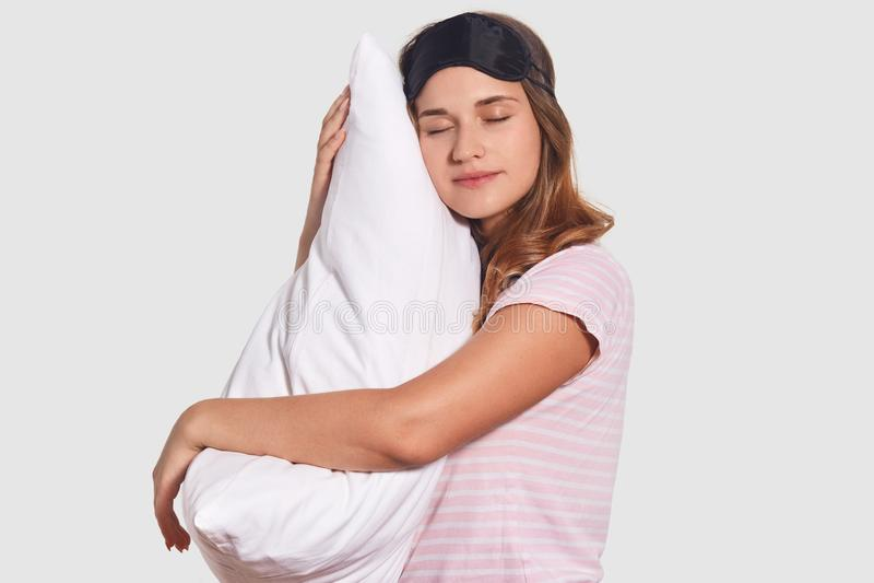 Det Sieways skottet av avkopplade Caucasian kvinnatagande ta sig en tupplur på den mjuka kudden, bär sömnmaskeringen, har goda at arkivfoto