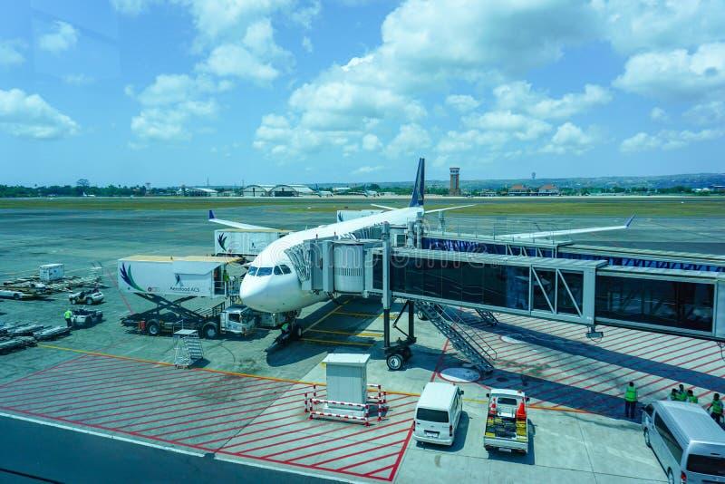 Det Singapore Airlines flyget laddas på middagen för dess nästa flyg arkivbild
