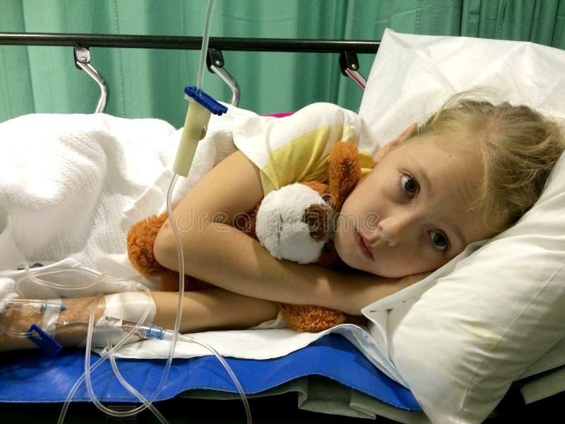 Det sjuka barnet i sjukhusolycksoffer avvärjer royaltyfri bild
