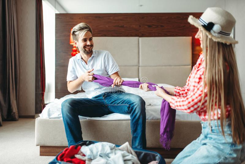 Det skämtsamma paret förbereder bagage, avgifter på resa royaltyfri fotografi