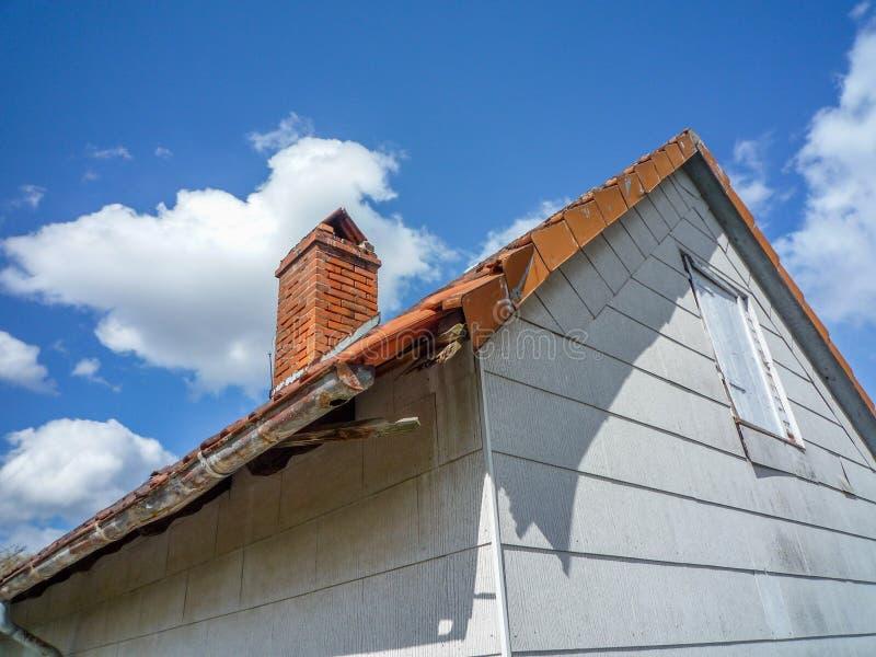 Det skadade taket - reparera ett tak royaltyfri bild