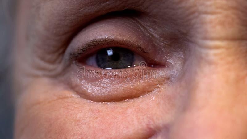 Det skriande ögat av pensionären rynkade pensionären, gamlingfördjupningen, avgångproblem arkivfoto