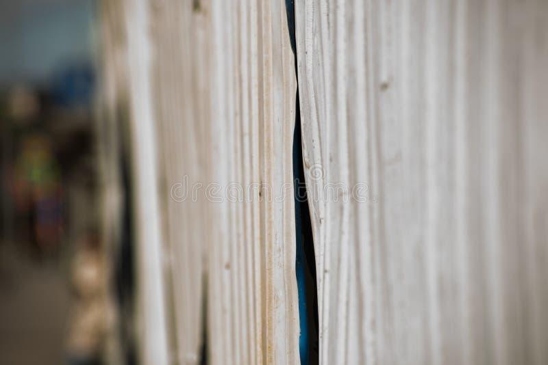 Det skrynkliga korrugerade staketet för metall är nära royaltyfria foton