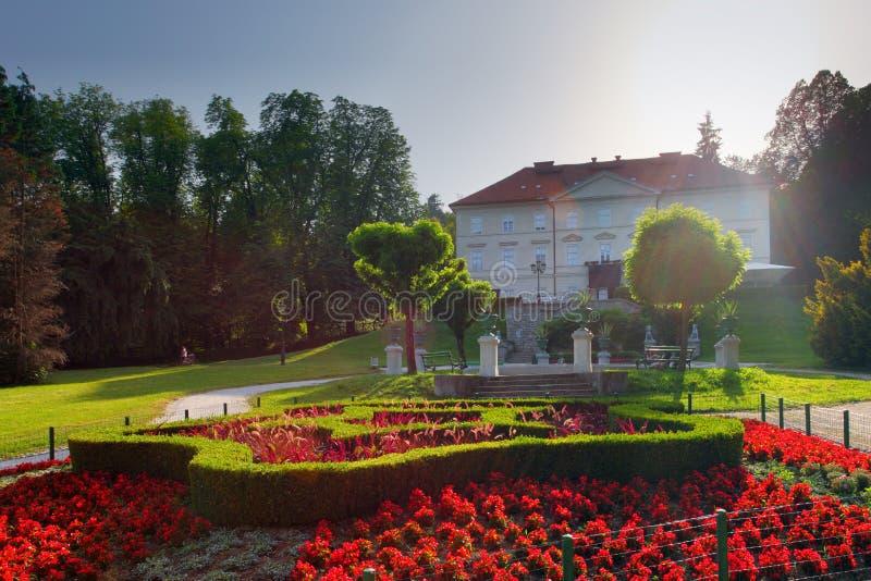 Det Slovenien Ljubljana Tivoli slottet och blommalodlinjen beskådar arkivfoto
