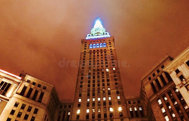 Det slutliga tornet i gr?nt och bl?tt i i stadens centrum Cleveland - OHIO - CUYAHOGA arkivbild