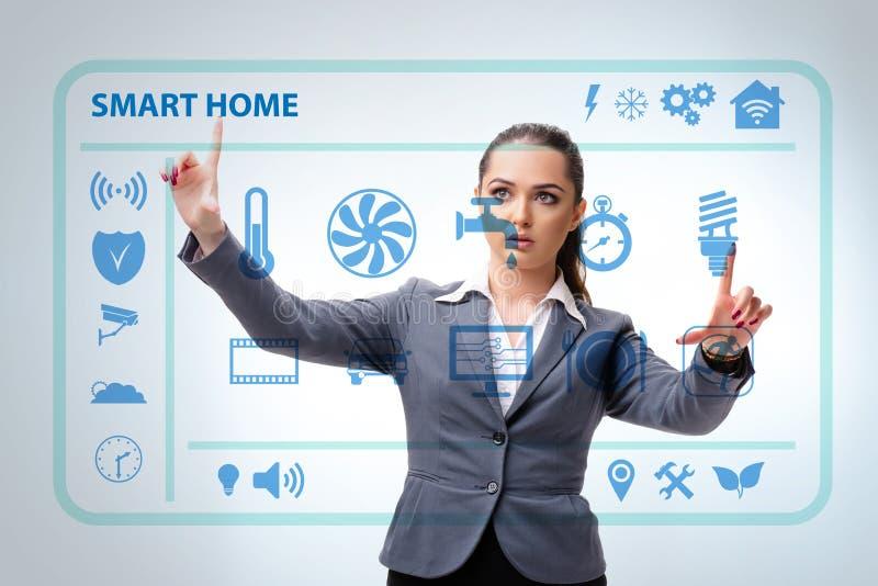 Det smarta hem- begreppet med kvinnan arkivbilder