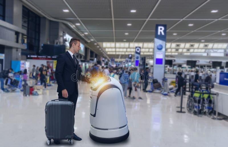 Det smarta robotic teknologibegreppet, passageraren följer en tjänste- robot till en räknare kontrollerar in i flygplats, kan rob arkivbild