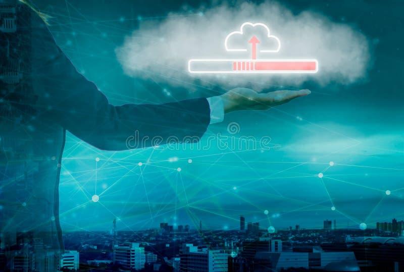 Det smarta stads- och molnnätverket, affärskvinnainnehavsymbol laddar upp in i stora data för system, med internet av sakerteknol royaltyfri bild