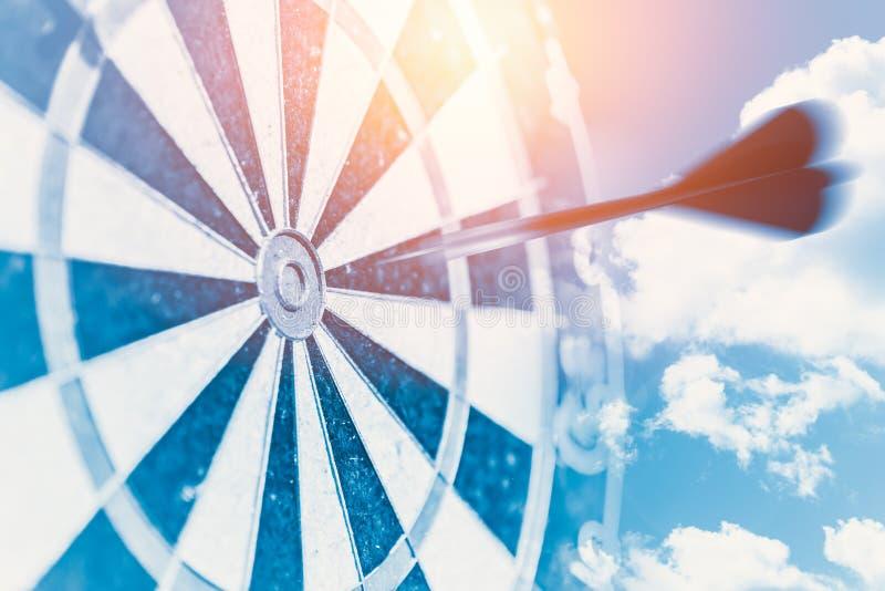 Det snabba begreppet för affärsmålinverkan föreställer suddighetsflyttningstrecket för att centrera slagpunkt av darttavlan arkivbild