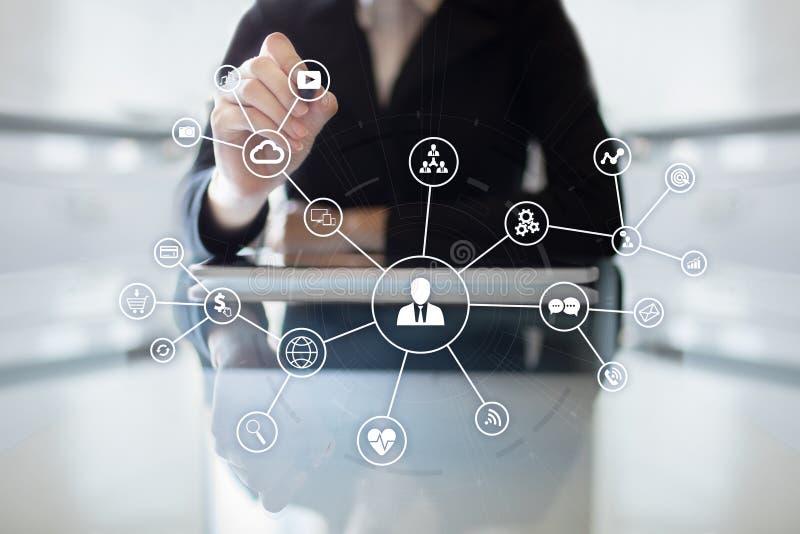 Det sociala massmedia knyter kontakt och marknadsföra begrepp på den faktiska skärmen Internet- och affärsteknologi SMM royaltyfria bilder