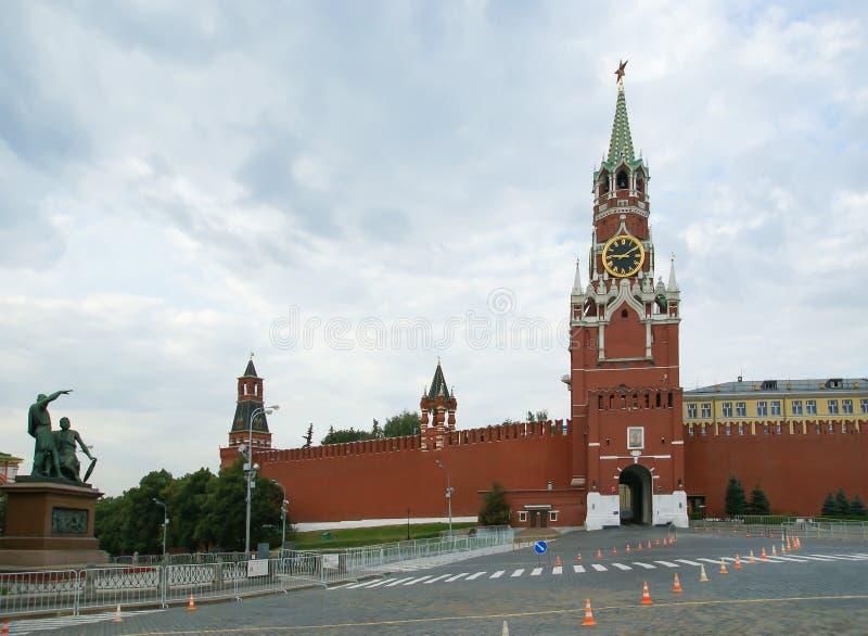 Det Spasskaya tornet är det huvudsakliga tornet med enpassage på den östliga väggen av MoskvaKreml, den röda fyrkanten, Ryssland arkivfoton