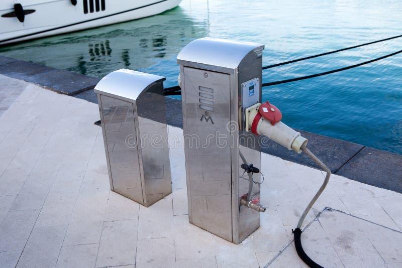 Det speciala stället, var de mottar en watersportsutrustning för elektrisk laddning, seglar och fartyg arkivfoto