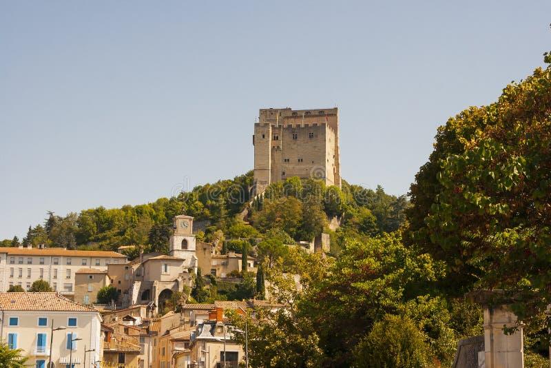 Det stärkte tornet som dominerar horisonten på Pont De Barret i den Drome dalen i söderna av Frankrike fotografering för bildbyråer