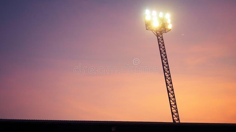 Det stadionFläck-ljus tornet över fotbollfält på nattetid royaltyfri fotografi