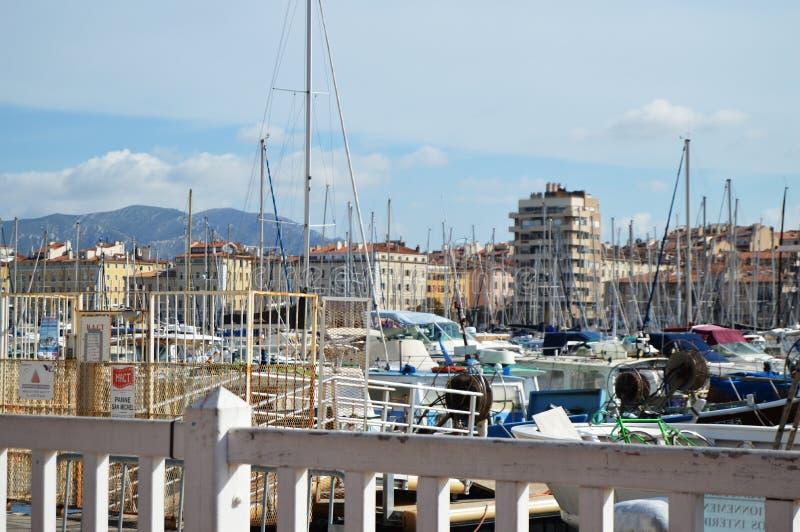 Det stads- landskapet av Marseille nära Vieux port, LYXIGA YACHTER OCH FARTYG, Marseille, Provence, Frankrike, OKTOBER 12, 2018 royaltyfria bilder