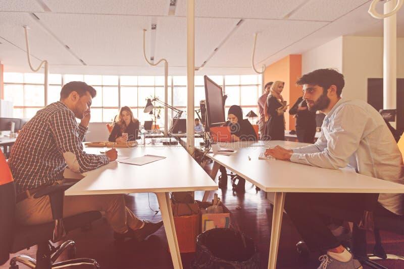 Det Startup affärsfolket grupperar funktionsdugligt dagligt jobb på det moderna kontoret fotografering för bildbyråer