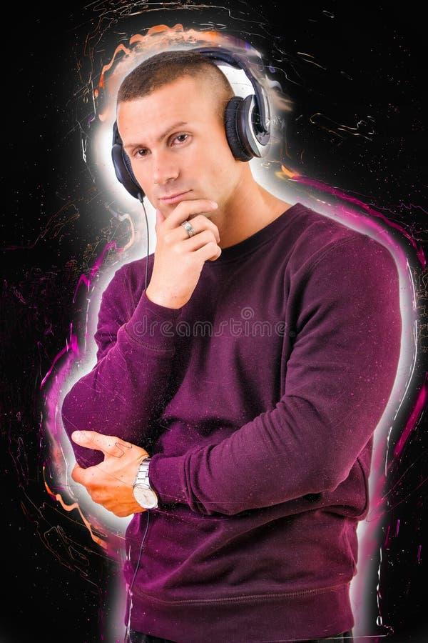 Det stiliga barn bemannar att lyssna till musik på hörlurar arkivbilder