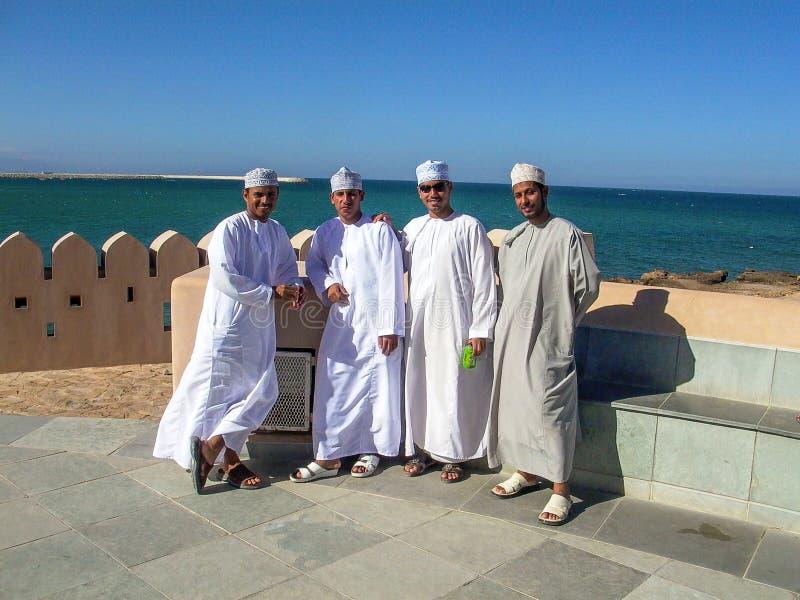Det stolta arabiska manliga folket poserar royaltyfria foton