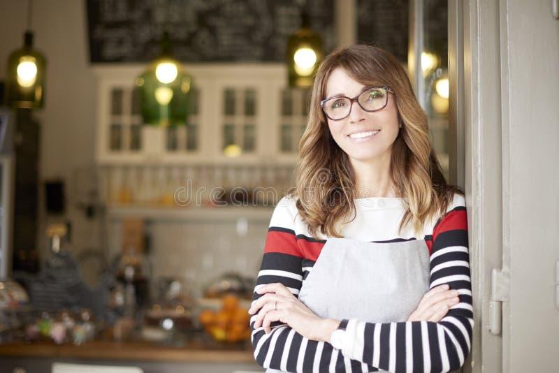 Det stolta kafét shoppar ägaren royaltyfria foton