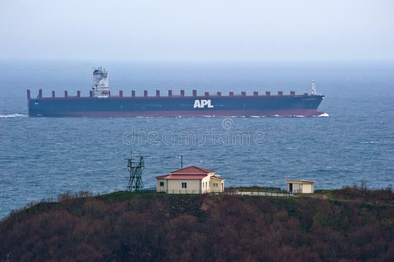 Det stora behållareskeppet APL SOUTHAMPTON passerar inte långt från udden Nakhodka fjärd Östligt (Japan) hav 05 05 2014 royaltyfri fotografi
