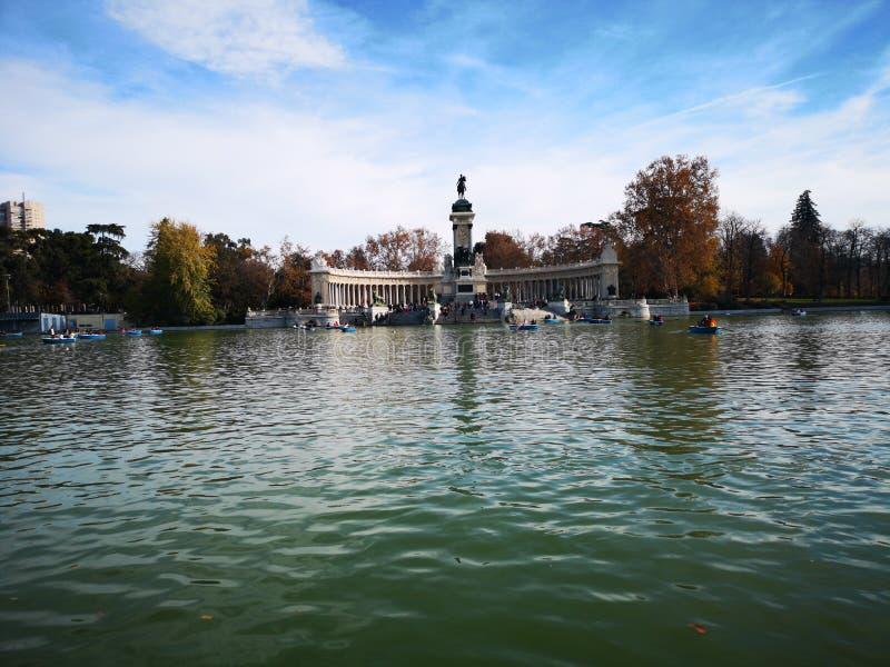 Det stora dammet De El Retiro parkerar, Madrid, Spanien Monument till Alfonso XII arkivbilder