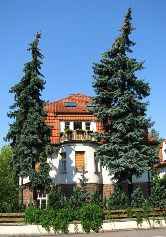 det stora främre tyska huset sörjer trees royaltyfri bild