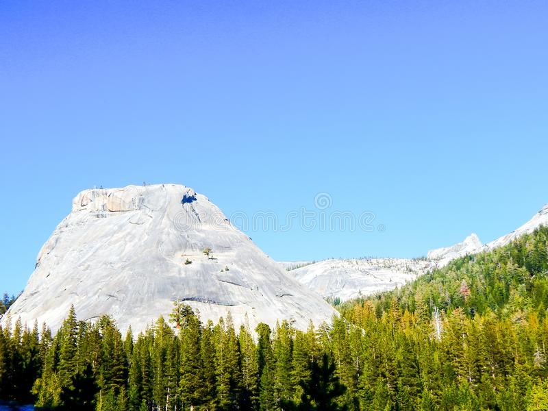 Det stora jätte- berget och gräsplan sörjer arkivfoto