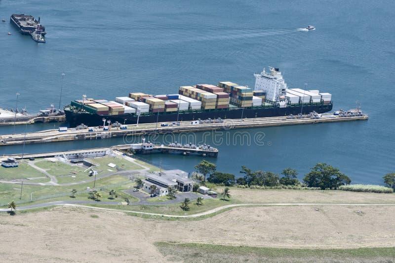 Det stora lastfartyget som går ut Gatun, låser, den Panama kanalen royaltyfri bild