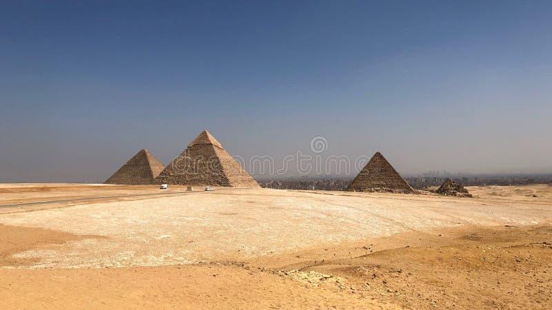 Det stora pyramidkomplexet i Giza, Egypten royaltyfria foton