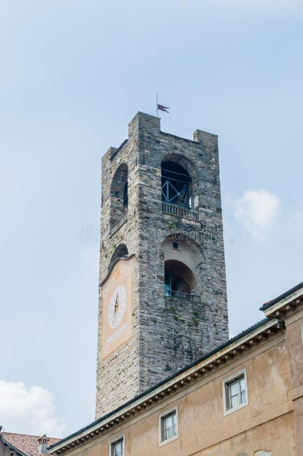 Det stora tornet Campanone på piazza Vecchia i den gamla staden av Bergamo arkivbilder
