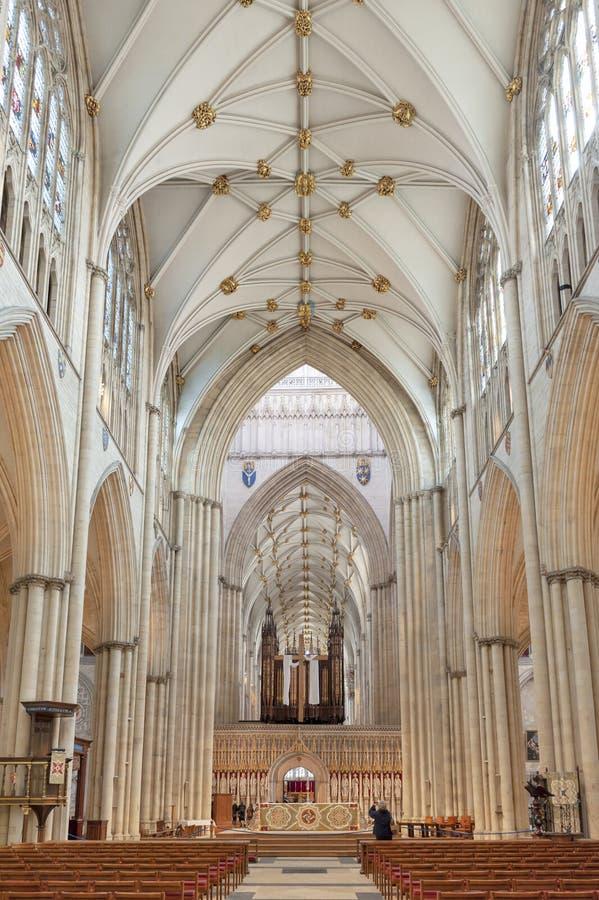 Det storartade gotiska skeppet inom den York domkyrkan, den historiska domkyrkan byggde på engelska gotisk arkitektonisk stil, UK royaltyfri fotografi