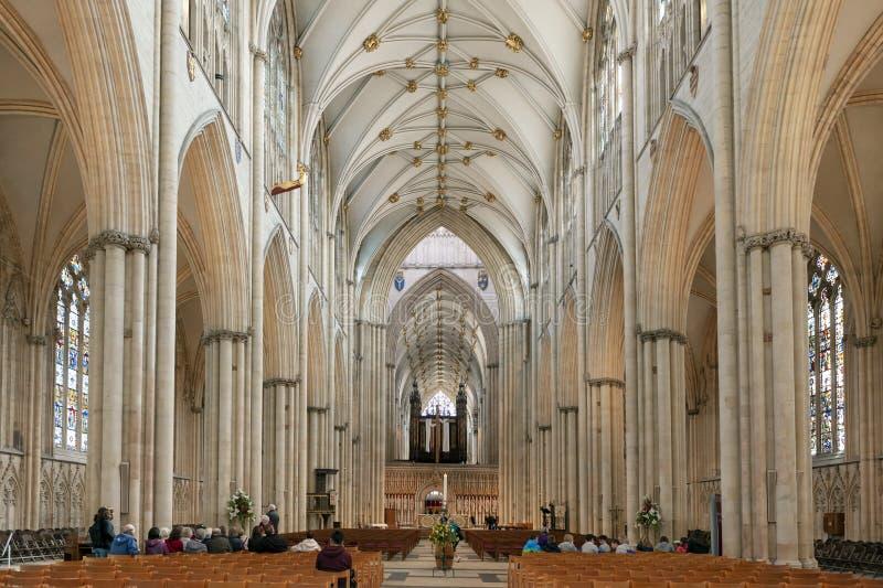 Det storartade gotiska skeppet inom den York domkyrkan, den historiska domkyrkan byggde på engelska gotisk arkitektonisk stil, UK royaltyfri foto
